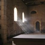 Des rayons de lumières, mis en évidence par la fumée de l'encens, pénètrent dans la chapelle.