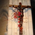 Croix ornée de roses.