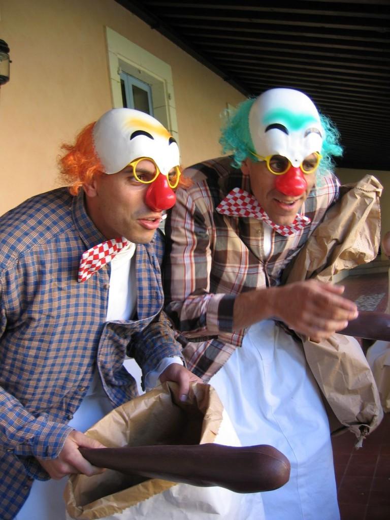 Deux jeunes moines déguisés en clowns.