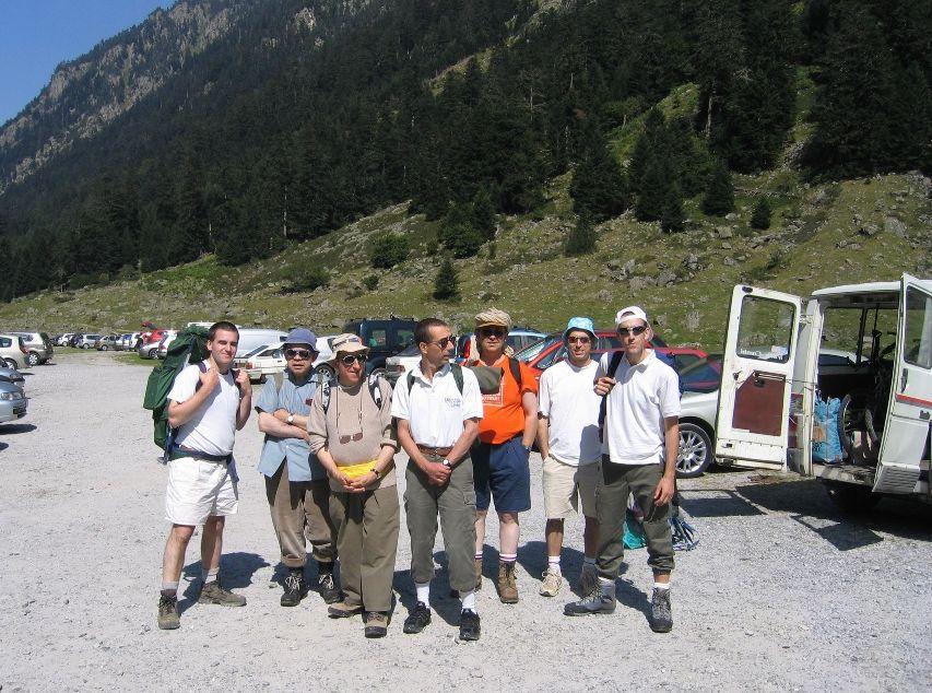 Un commando de frères prêts à partir en promenade dans des tenues aussi diverses que variées.
