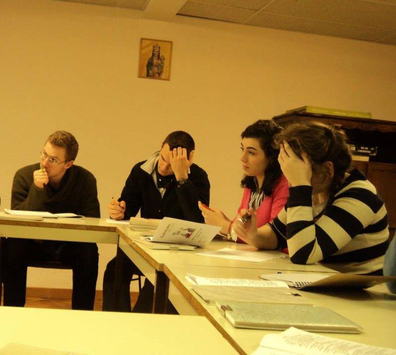 Des jeunes écoutent attentivement