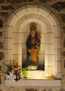 L'ancienne statue de Notre Dame de Maylis, datant probablement du XIIIe-XIVe siècle.