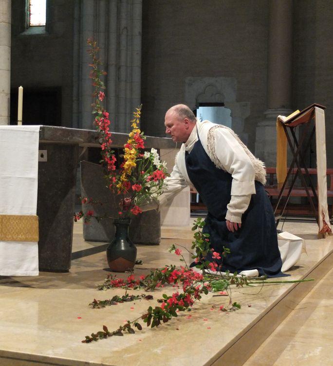 Frère faisant bouquet devant l'autel.