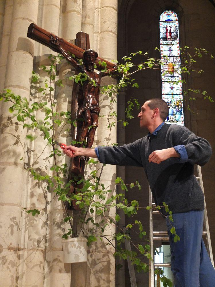 Frère faisant un bouquet à la croix, du haut d'une échelle.