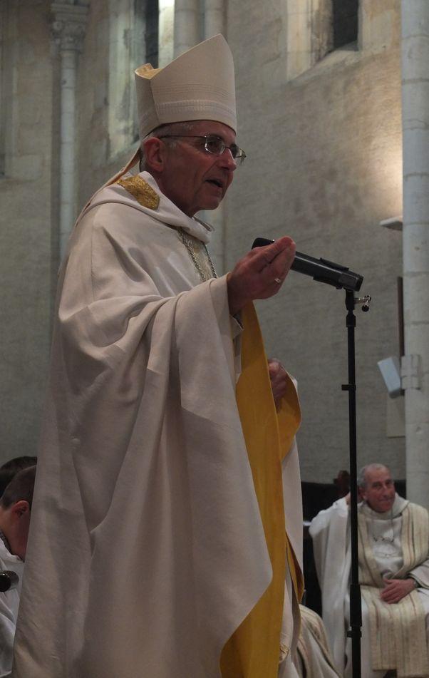 Le père abbé, portant la mitre, prêche depuis sa place.