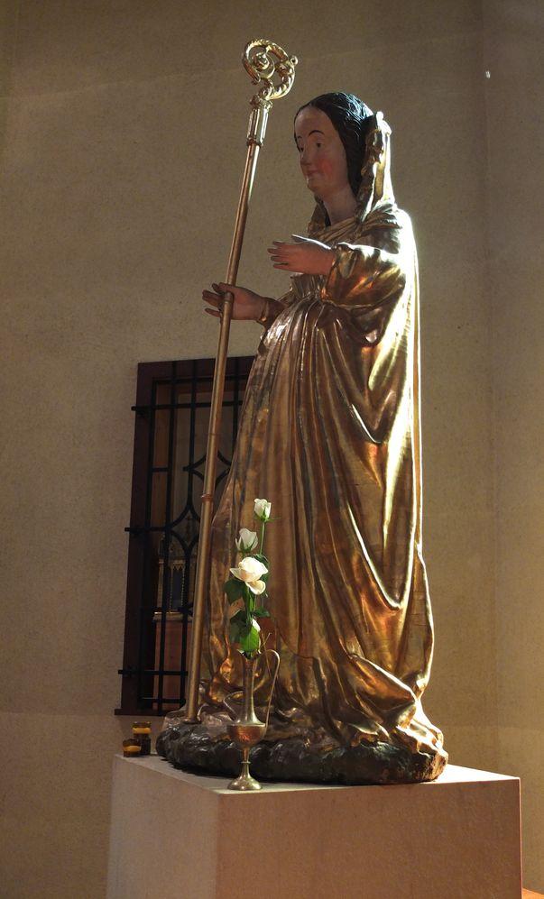 Vierge baroque dorée, enceinte, portant une crosse d'abbesse.