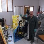 Fr Vincent riant montre une de ses œuvres.