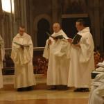 Quatre frères chantent debout devant l'autel. Ils chantent un répons en polyphonie dont la communauté reprend le refrain.