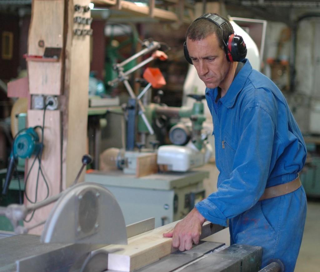Frère concentré pour découper un morceaux de bois.