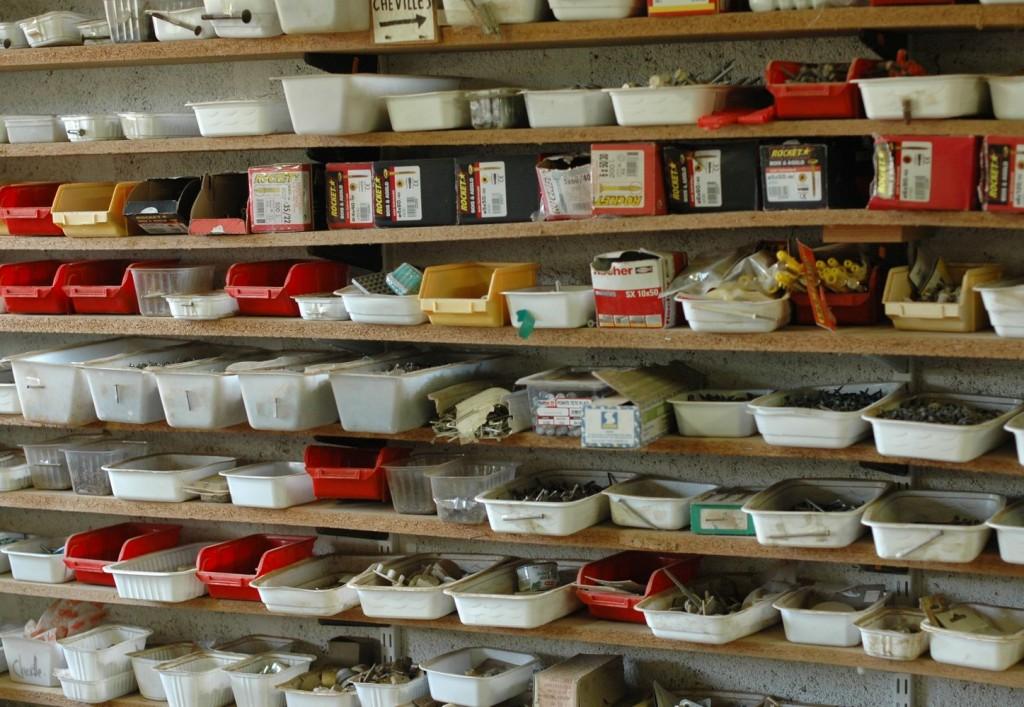 Une collection de vis et chevilles classées dans des petites boites.