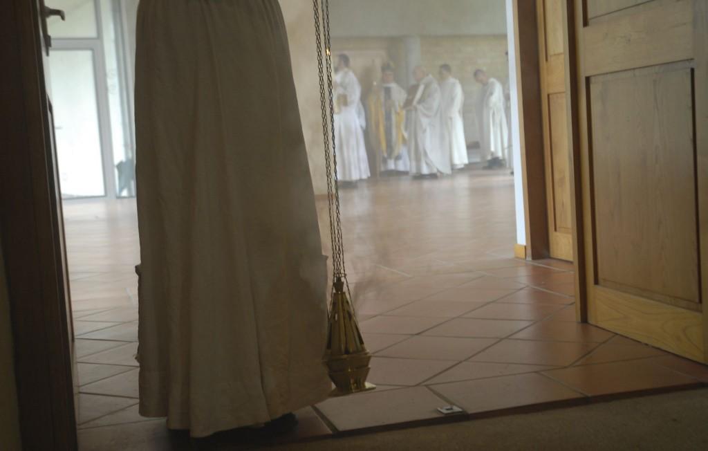 Le servant portant l'encensoir se prépare à ouvrir la procession d'entrée.