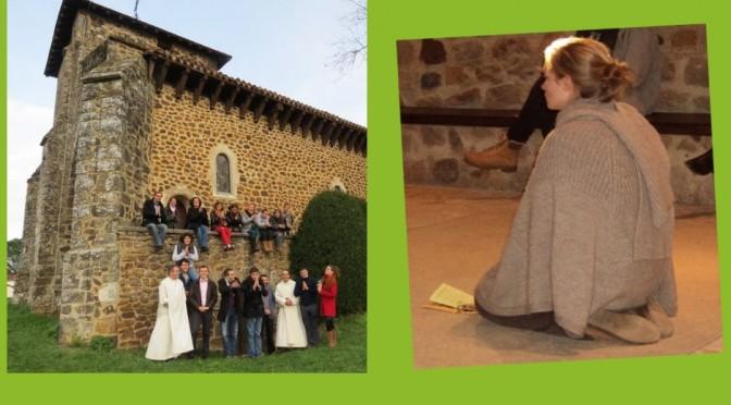 Groupe de jeunes de l'Ecole de prière, et jeune fille priant à genoux