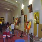 Dans une grande salle, les œuvres du père Vincent exposées.