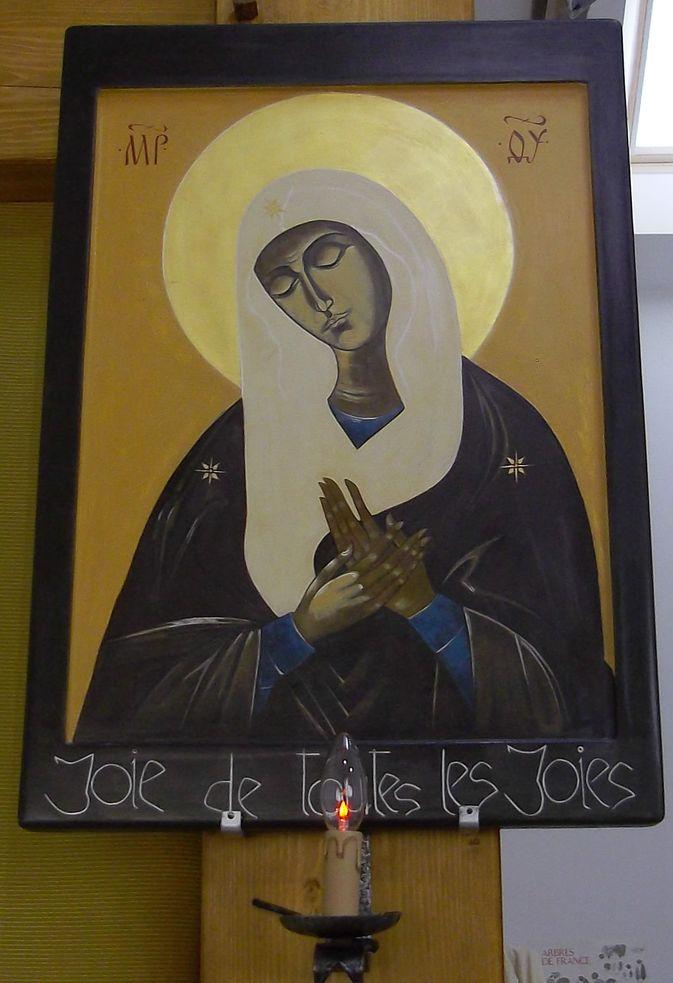 Icône de la Vierge Marie, joie de toutes les joies. Elle se tient les yeux fermés, méditative.