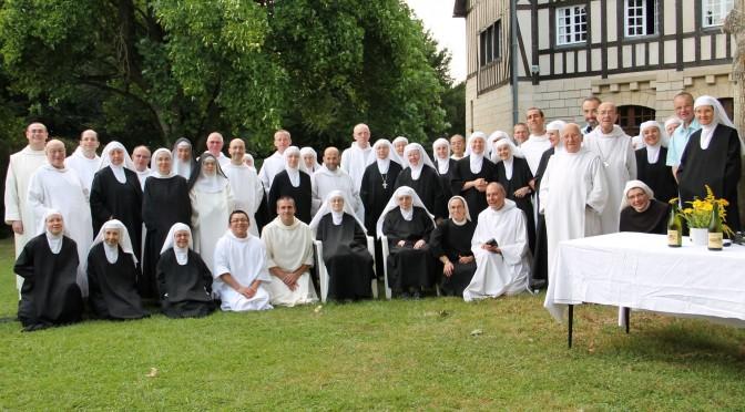 Photo de groupe avec moines et moniales olivétains français
