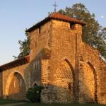 Le soleil d'été commence à chauffer la tour du XIVe siècle.
