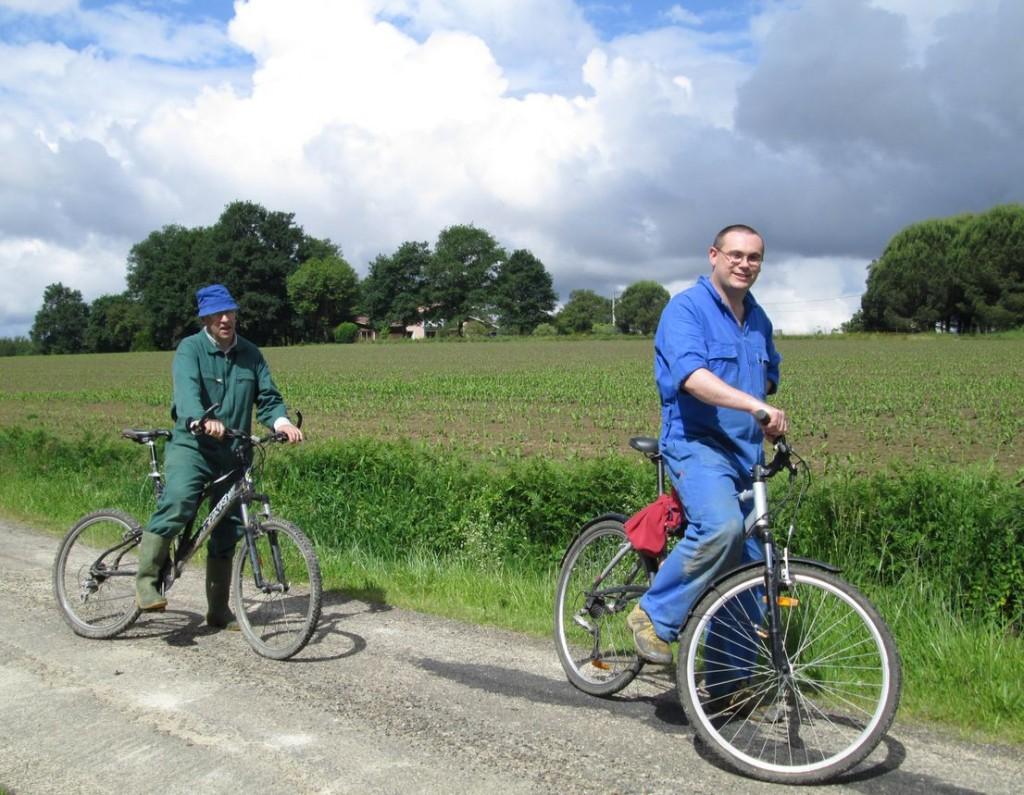 Deux frères à vélo, partant en promenade au printemps.