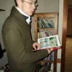 Un jeune homme lit une bande dessinée