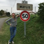 Maylis accoudé au panneau d'entrée de Maylis
