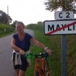 Maylis tenant un vélo