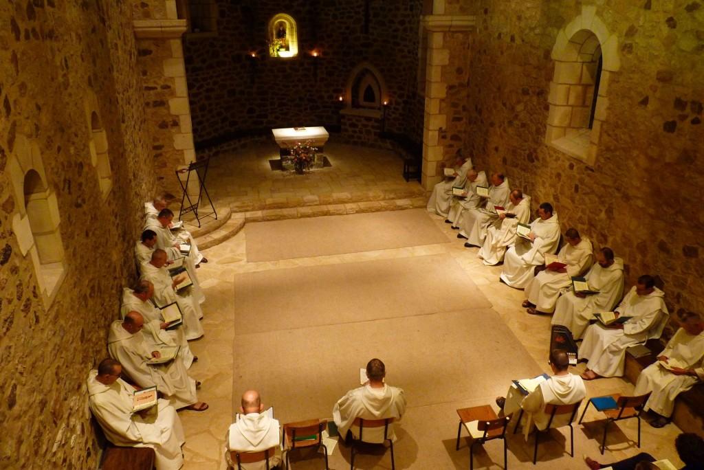Les frères sont assis dans la nef de la vieille église pour célébrer l'office