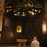 Un moine prie à genoux dans la Vieille église.