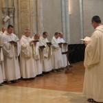 Les hymnes sont grégoriennes ou modernes. Les antiennes toujours en latin, les psaumes toujours en français.
