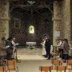 des jeunes prient ensemble