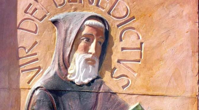 Visage de Saint Benoit sur un bas relief en terre cuite situé à l'entrée de l'abbaye. Barbe blanche et capuchon en tête, il offre aux moines les fruits de sa sagesse et de son expérience rassemblés dans la Règle.