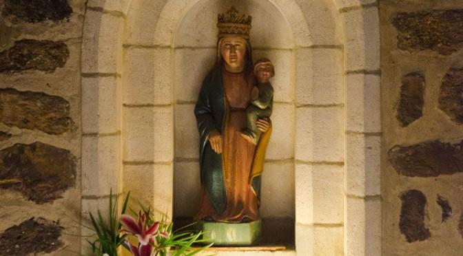 Vierge de la vieille église ornée d'un bouquet de fleurs