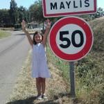 Maylis lève les mains vers le ciel