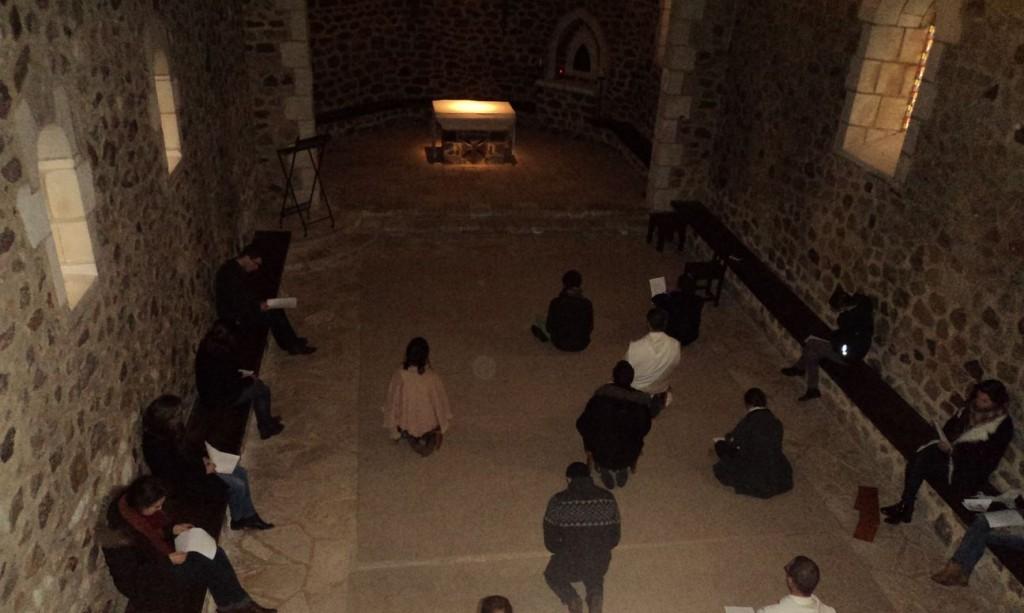 Des jeunes en prière dans la vieille église