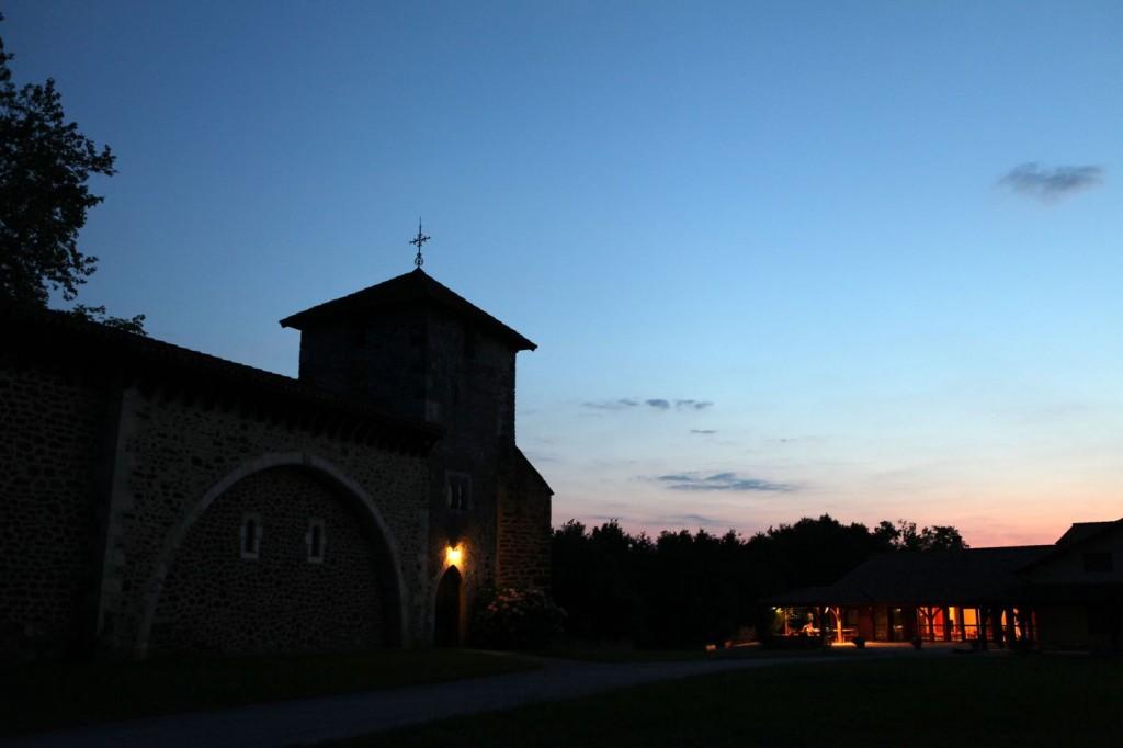 Vieille église et hôtellerie sur fond de couchant.
