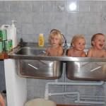 Bébés dans un grand lavabo