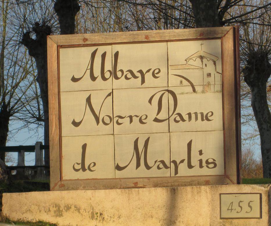 Panneau de faience à l'entrée de l'abbaye
