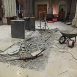 La table de l'autel a été enlevée. Un marteau piquer repose sur les décombres de la marche à moitié défaite.