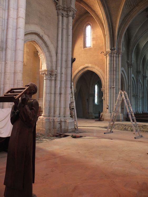 La lumière passe à travers l'arche et éclaire le sol