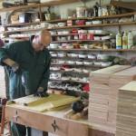 Un frère perce des planches dans l'atelier à bois