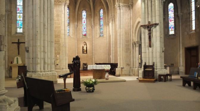 Choeur de l'église de Maylis transformé. L'autel a été enlevé et un autre disposé un peu plus en arrière. Dans le large espace couvert de moquette prennent place des stalles provisoires, le siège de la présidence et l'ambon.