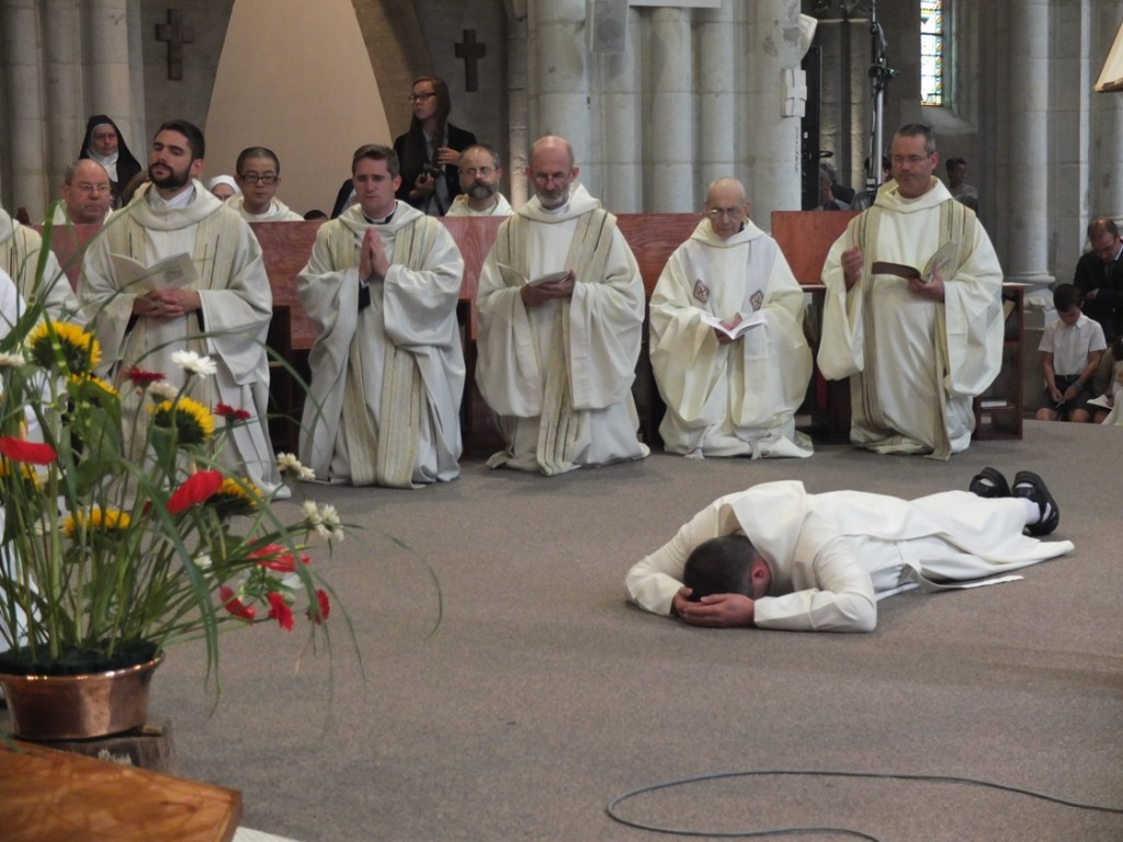 Frère Joseph prosterné à terre