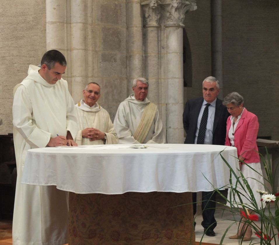 Frère Joseph signe la charte
