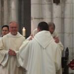 Frère Josephé change un baiser de paix avec le père abbé