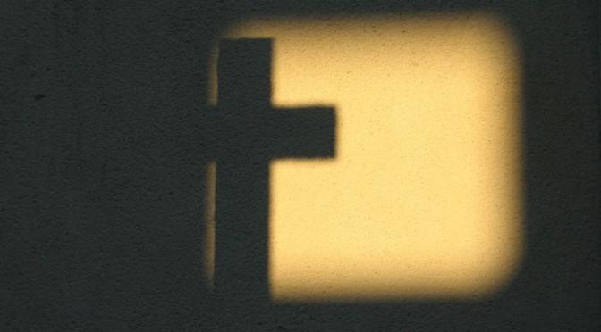 Ombre d'une croix dans un carré de lumière