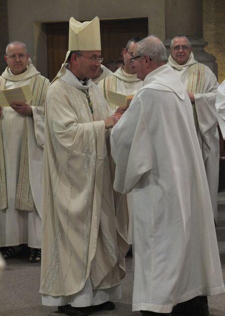 Rénovation des promesses sacerdotales d'un prêtre jubilaire durant la messe chrismale à Maylis