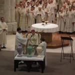 Consécration du Chrême durant la messe chrismale à Maylis