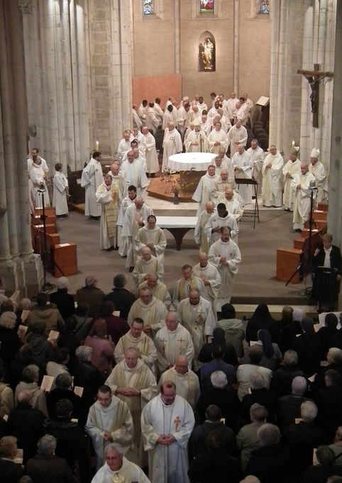 Procession de sortie durant la messe chrismale à Maylis