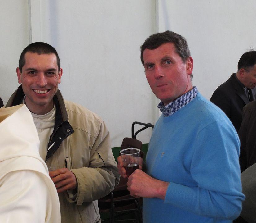 Un frère avec un prêtre diocésain le Lundi Saint 2015