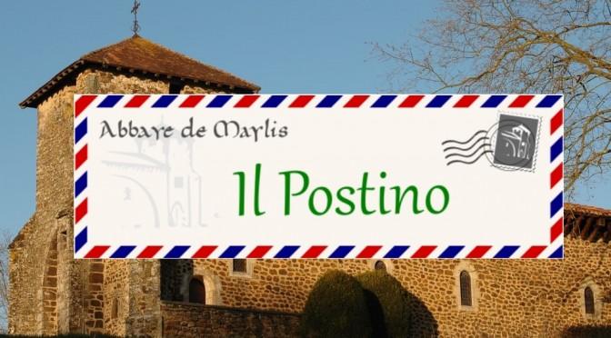 courrier il postino avec en fond la vieille église de Maylis