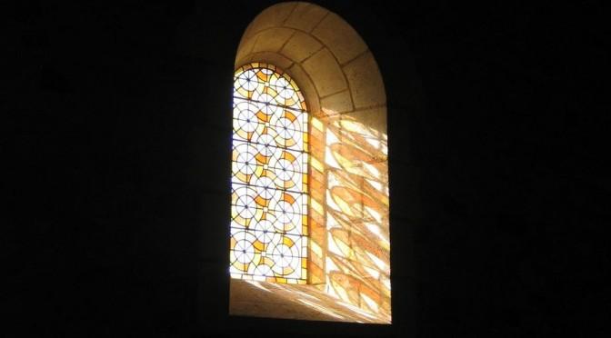 vitrail baigné d'une lumière de Pentecôte