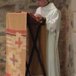Le novice prie pour l'Eglise et le monde